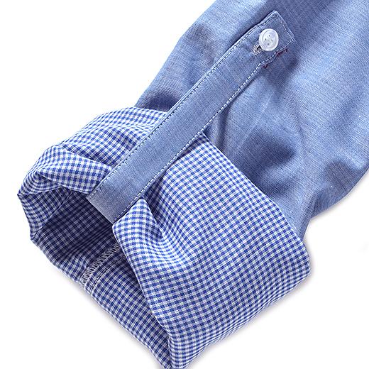 ターンナップもOKのデザイン。袖をまくれば、軽やかでこなれた着こなしに。