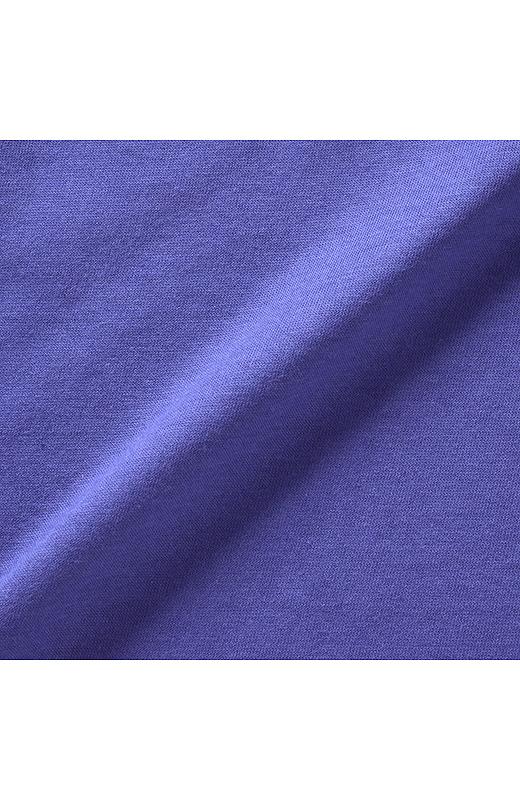 カジュアルに着こなせる中間色をセレクト。