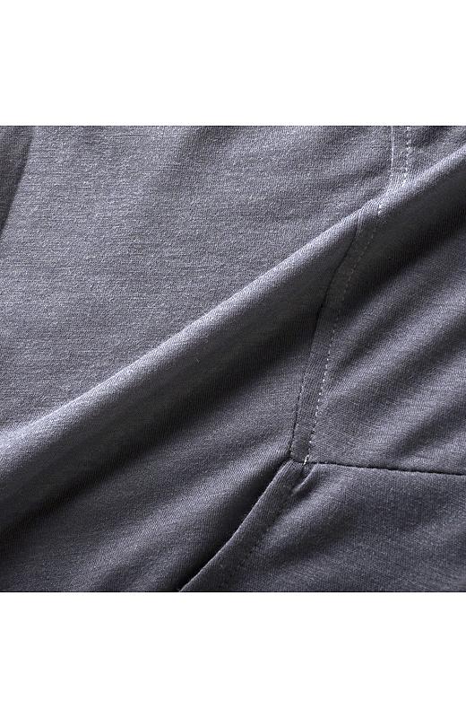 細番手の糸で編み立てし、とても薄くてしなやかなのにしわになりにくいから旅先でも活躍。