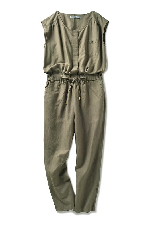 フレンチスリーブのような袖のデザインが二の腕をさりげなくカムフラージュ。バックスタイルはヨークの切り替えですっきり。