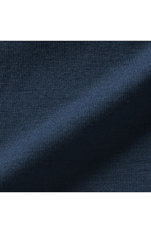 肌ざわりのよいしなやかさとほどよい厚みのある素材感。