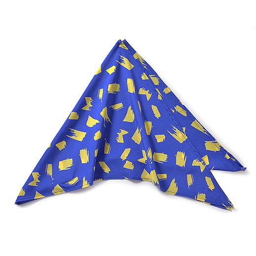 スカーフは大きな三角形。