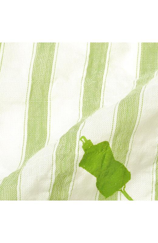 薄手のテンセル(R)混の布はくを採用。テンセル(R)の持つ独特のやわらかさにポリウレタン糸を入れて表面効果を演出しました。