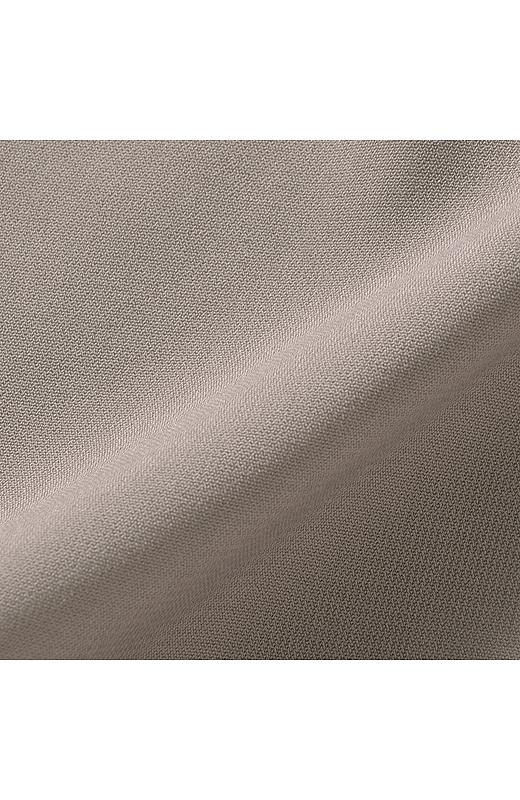 女性らしさを引き立てるドレープの美しい素材。着まわししやすいベーシックカラー。