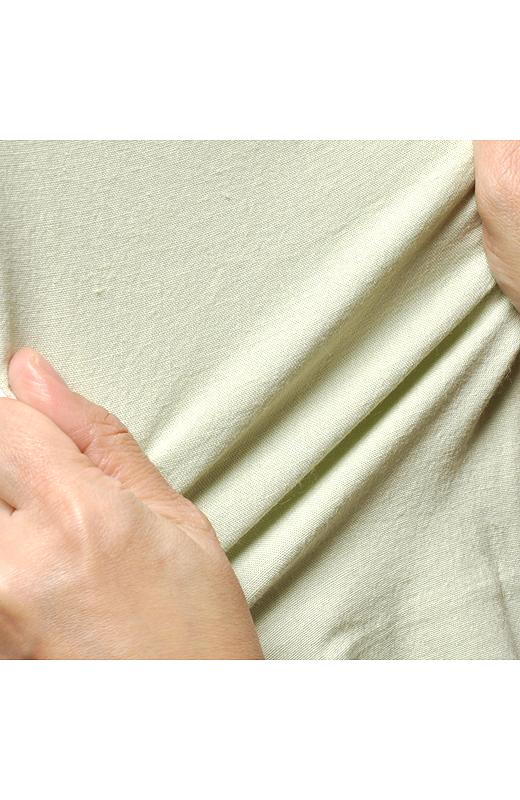 伸縮性抜群なストレッチリネン素材で動きやすさもお墨付き。