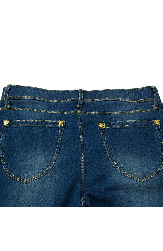おしりの中央上部に視線を集めるバックポケットの形で、ヒップアップ&小尻見せ。