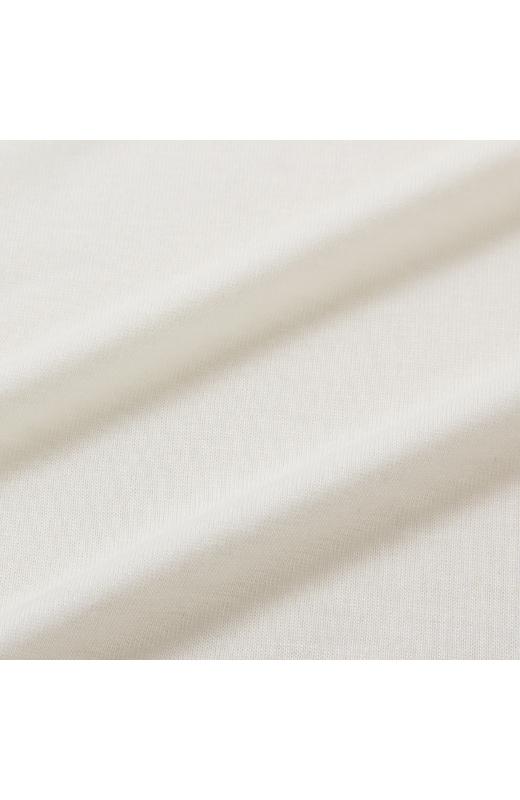 着心地のよい、伸びやかなカットソー素材。プルオーバーとプリントトップスのバランス感が絶妙。