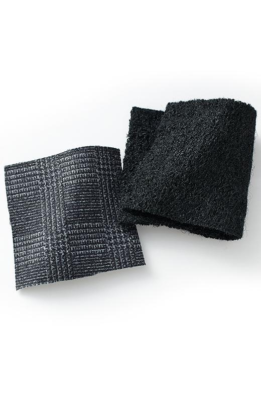 ブラックカラーの風合いのある圧縮ウール素材。衿裏のグレンチェックもさりげないポイント。