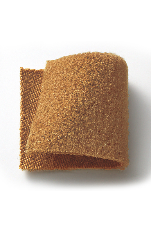 なめらかな毛足のあるやわらかなウール混素材はほんのり光沢があり、リッチな表情。