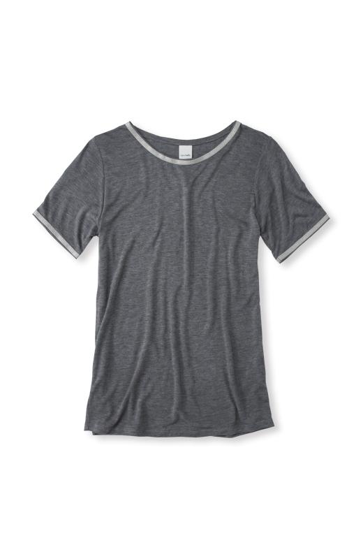 袖は、セットイン仕様のすっきりデザイン。