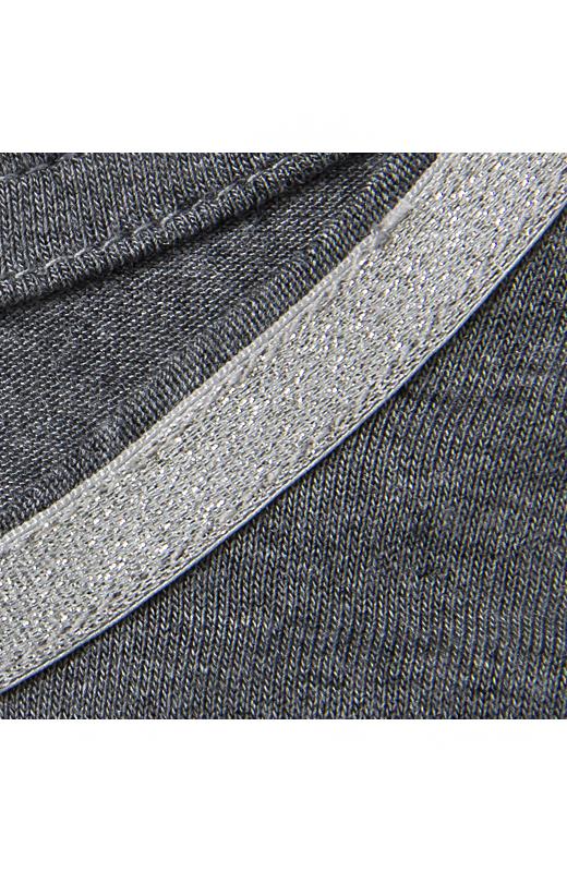 衿ぐりの上品にきらめくラメニットテープでジャケットインに着ても、さりげなく華ぎます。