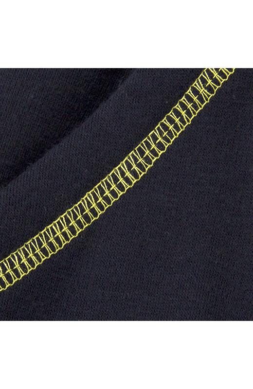 視覚効果もねらえる便利なスラッシュポケット付き。ロックミシンで飾った配色ステッチもかわいいアクセント。