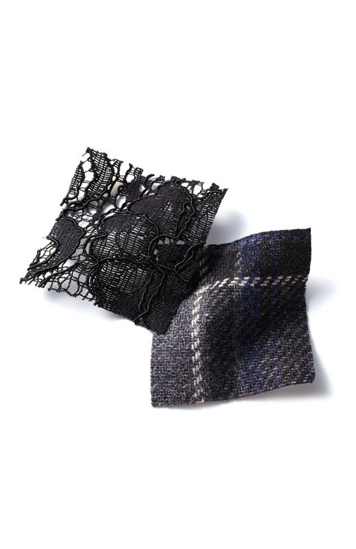 ダークグレイベースにオフホワイト×ダークブルーの差し色が大人っぽいチェックは、ほどよい厚みのあるウール混素材。繊細な黒レースもエレガント。