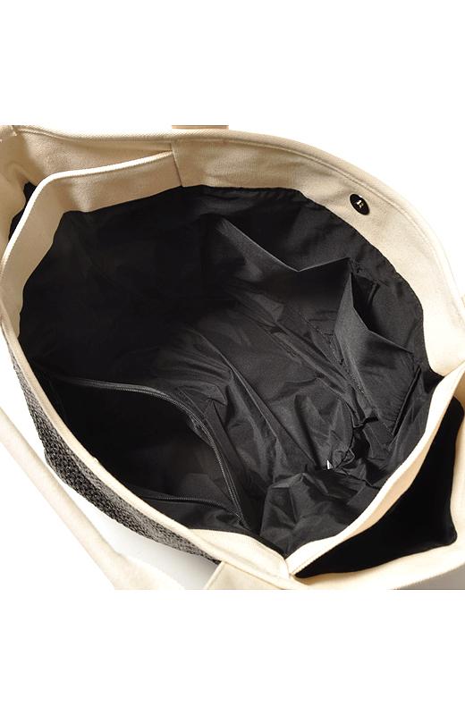 ペットボトルや日傘などに便利な内ポケット付き。