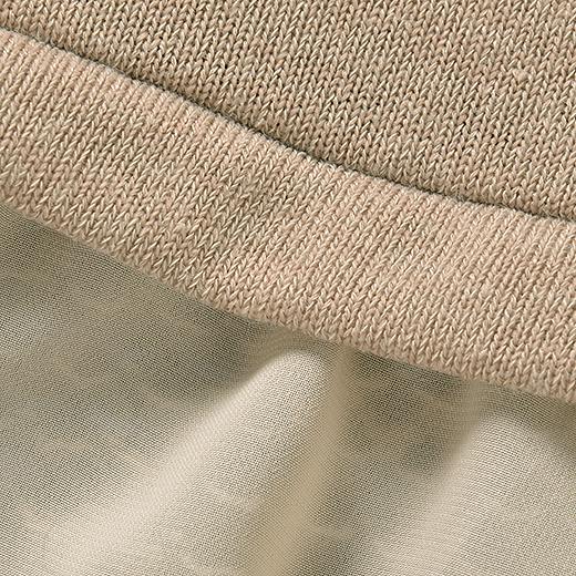 トップスのカットソーは、ハイゲージニットのような暖かみのある素材。