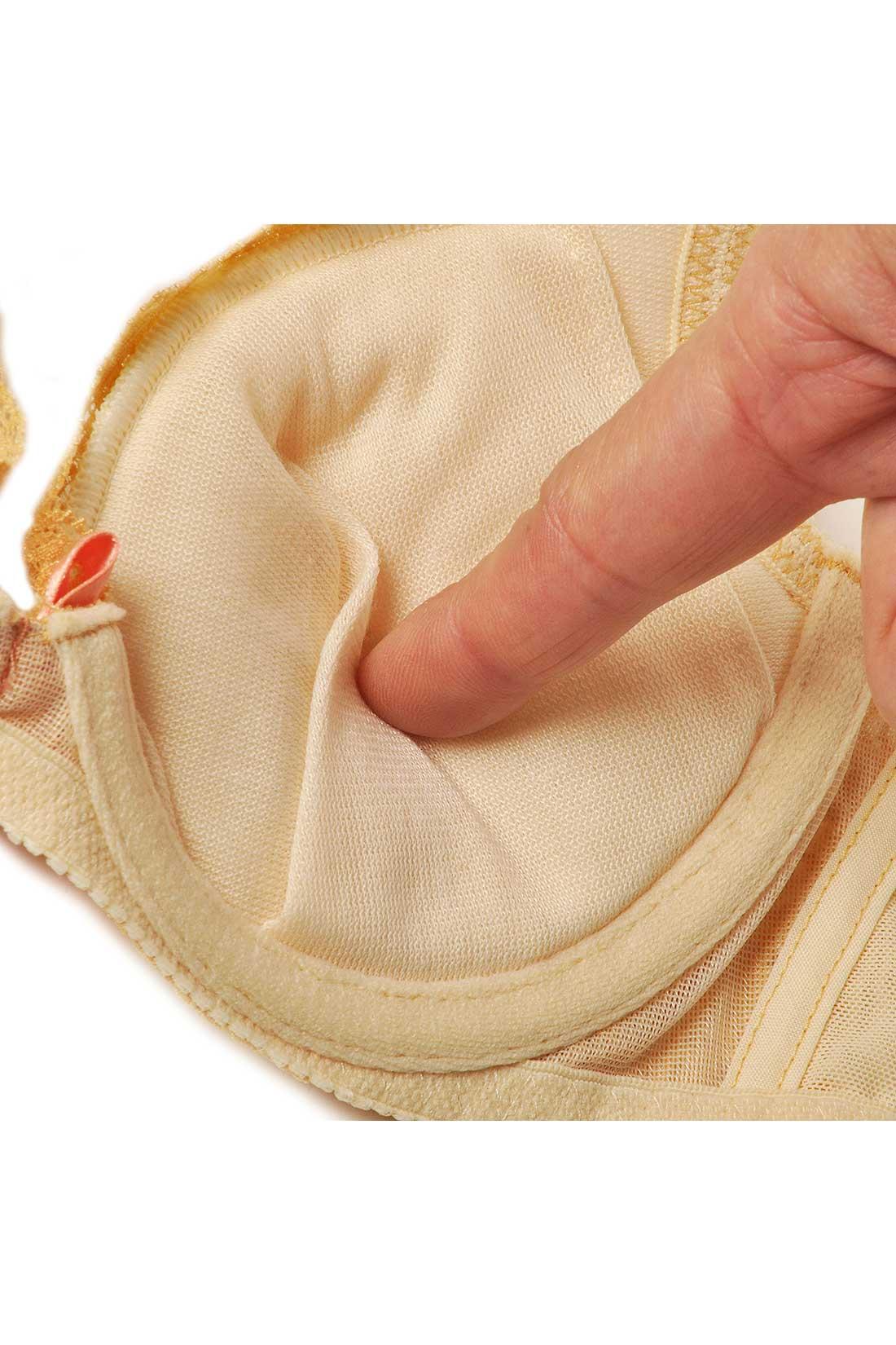 しっかり厚みのある、ふわふわパッドをカップ全体に内蔵。カップが胸全体を包み込んでくれるので、パカパカせずに自然にボリュームアップ。