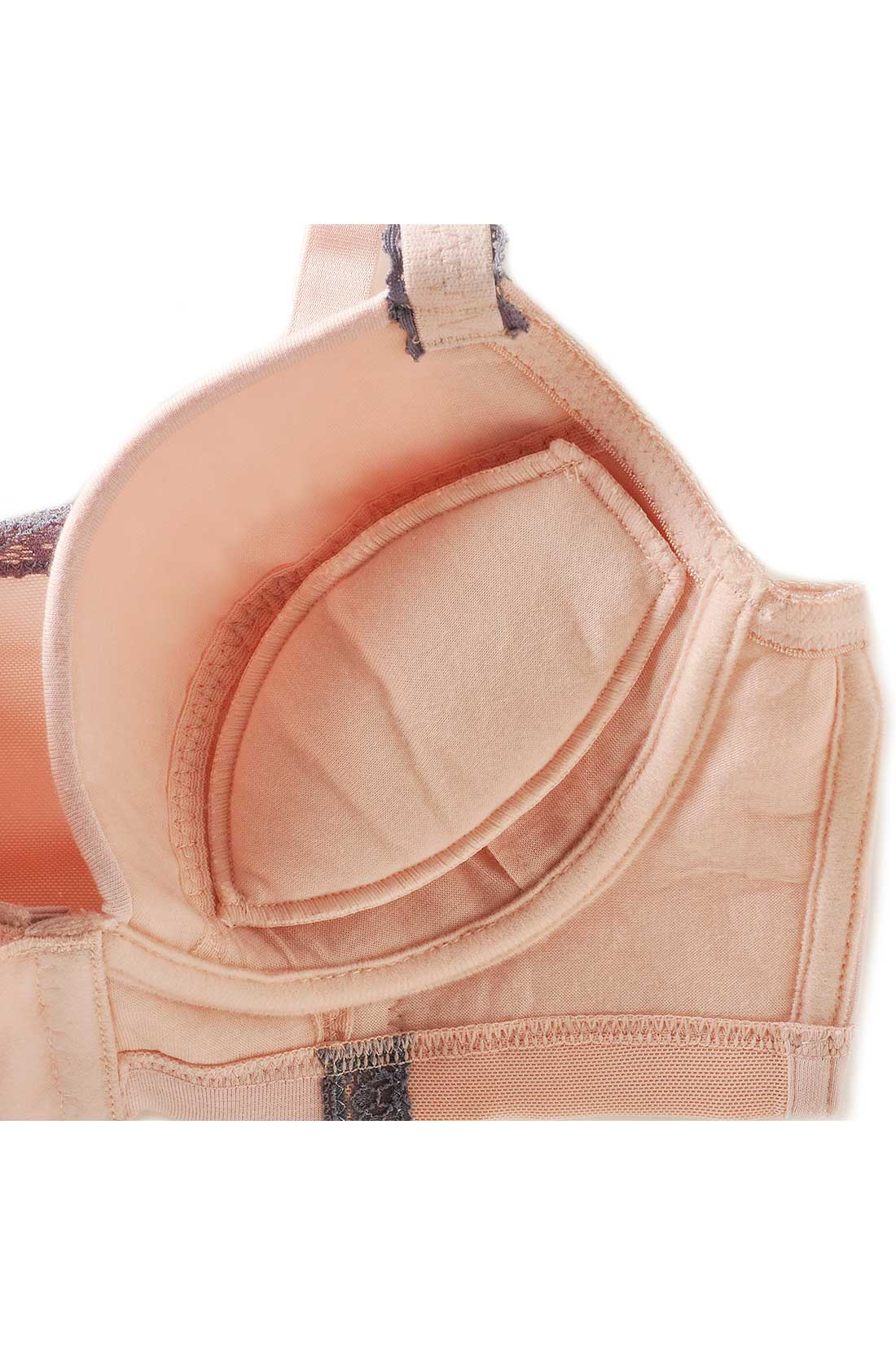 丸胸に寄せるパッドは取り外し可能。