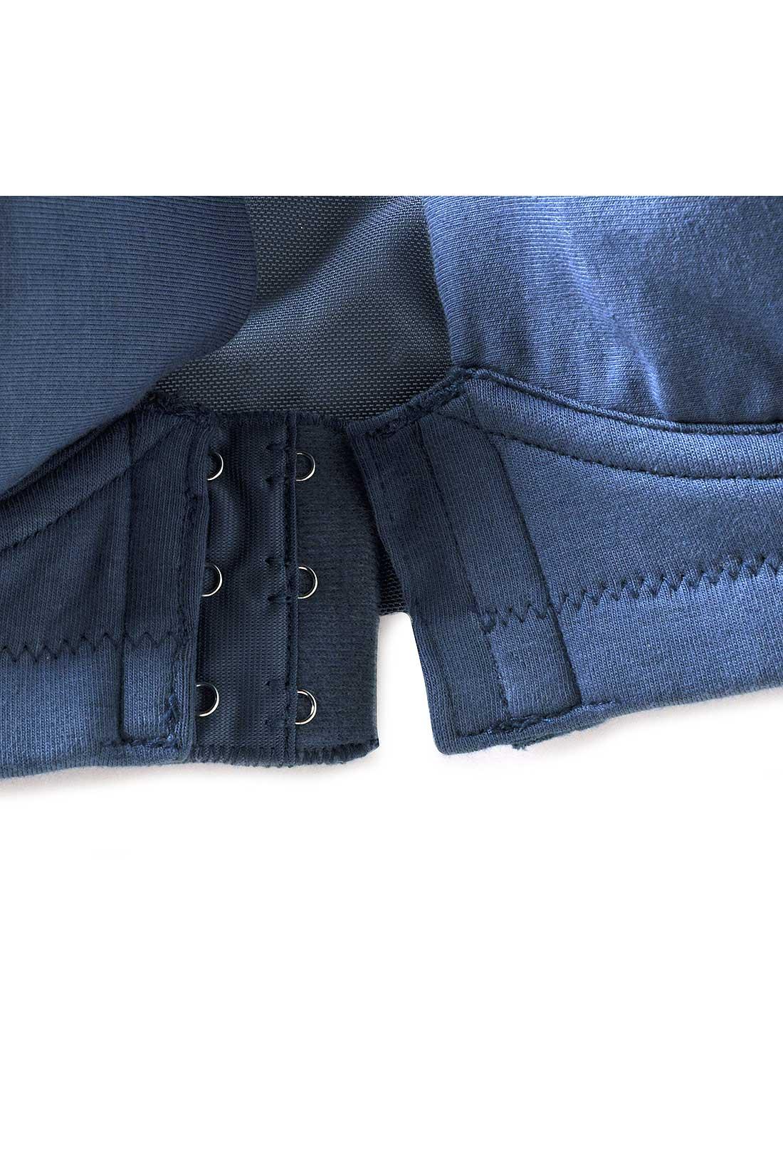 フロントホックは、3段2列で安定感のある着け心地。