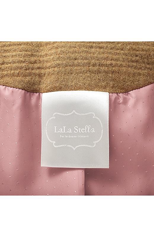 裏地は肌すべりのよい上質素材を使用。脱いだときも印象的なスクエアドットの織り柄とキャメルピンクが素敵。オリジナルネーム付き。