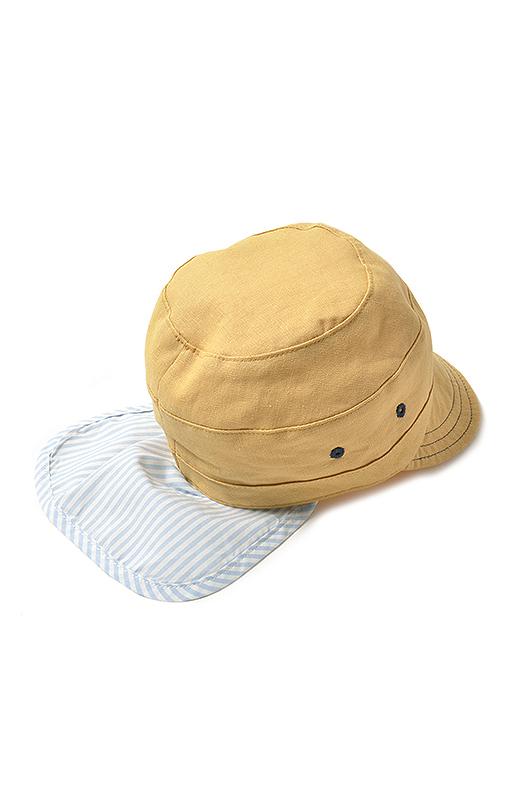 首の後ろをしっかりカバーする日よけは、内側に収納可能。風にも安心なあごゴム付き。