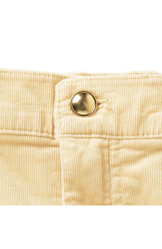 ゴールドのリベットやボタンが女性らしいポイント。