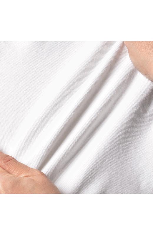 イージーパンツ感覚ではける伸びやか素材。