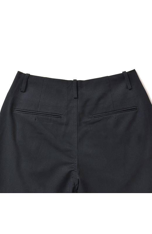 バックスタイルのポケット遣いにはほどよく小尻効果もあり。