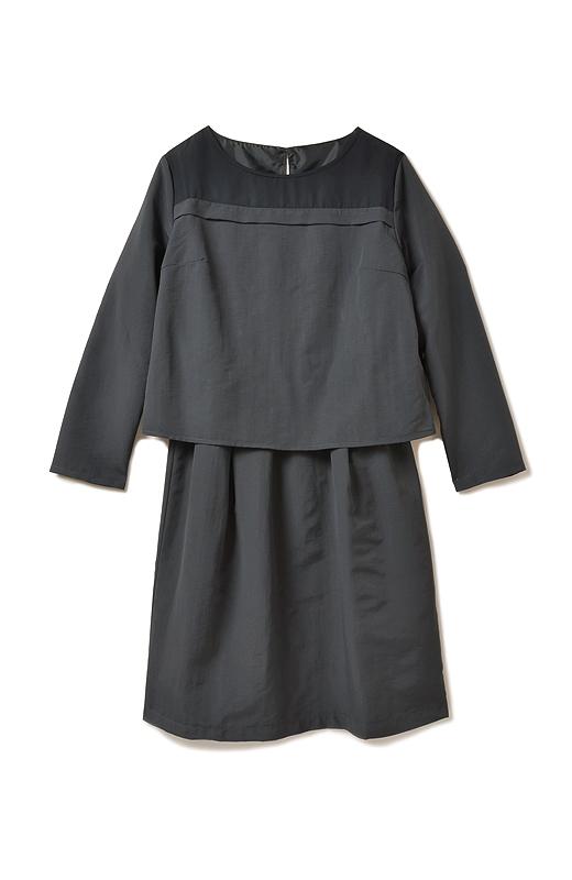 ほどよく詰まった上品なネックライン。スカート部分はギャザーで自然に広がる台形シルエット。