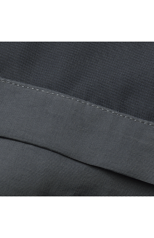 シフォンのシースルー部分は裏地付きなので、透けずに安心。身生地は適度なハリと厚みのあるグログラン素材。