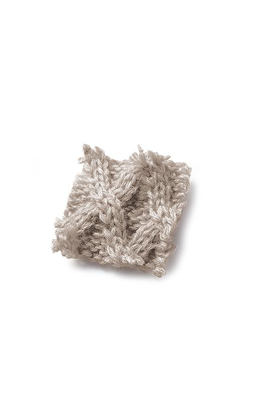 ウォーミーなグレイカラーのウール混糸を使用。肌ざわりも暖か。