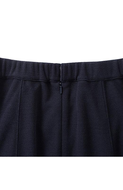 スカートの後ろはコンシールファスナー+こっそりウエストゴムで、らくちんきれい。