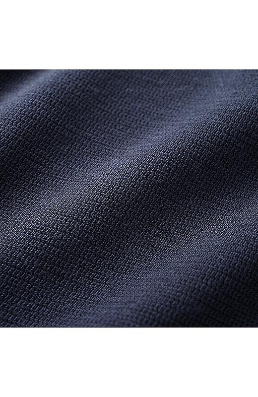 伸びやか&やわらかな凹凸のある表面感が知的に見えるダークネイビーのカットソー素材。