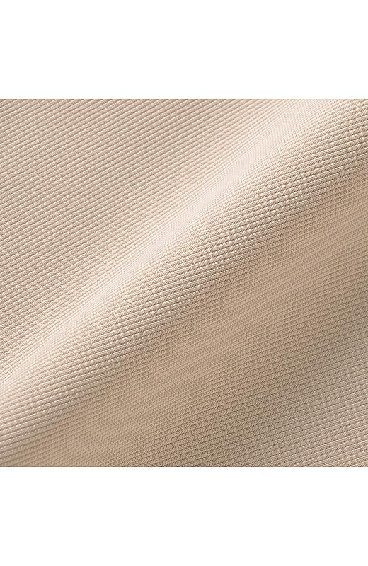 綾織りのような表面感のある、きれいめカットソー素材。