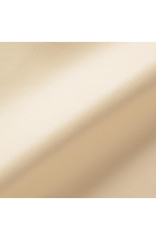 やわらかなスムースレザーのような合皮素材。裏地を付けて脚さばきのよい仕上がりに。