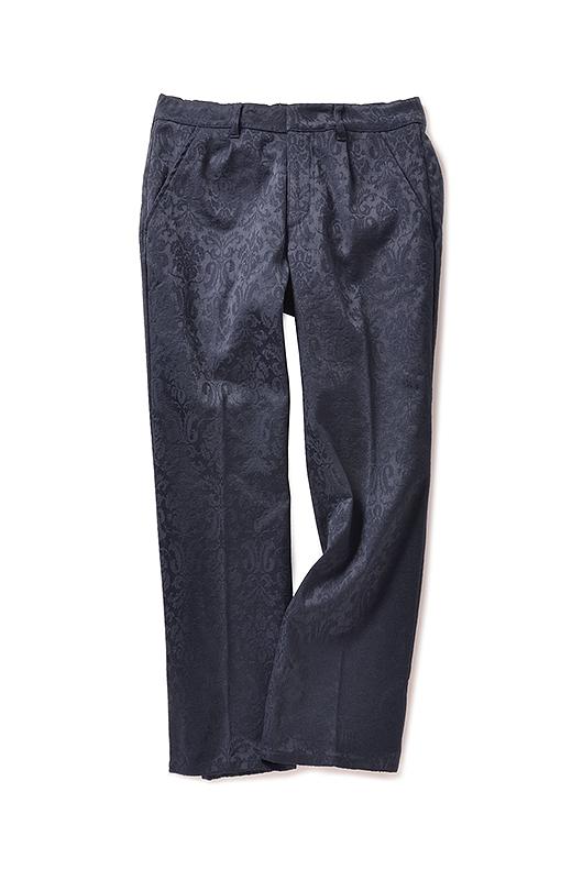 あったかパンツに見えない美しさを追求した脚を長く見せるテーパードシルエット。