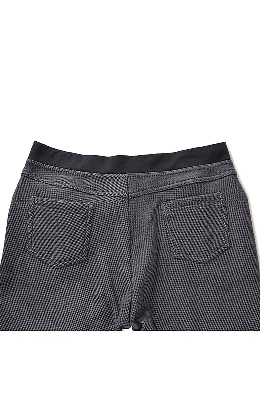 BACK ヒップアップして見えるダミーポケットなどバックデザインにもこだわりが。