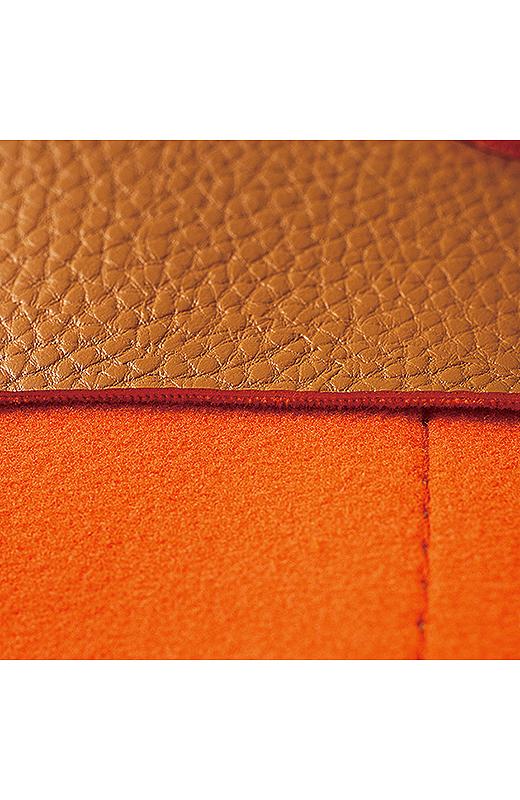 シボ感や内側のオレンジ色、ステッチなどにこだわったリュクス感のある表情。