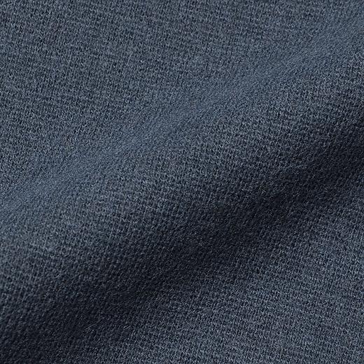 からだにほどよくなじんで伸びやかにフィットするストレッチ微起毛素材。カーディガンのインに着てももたつかずスマート。