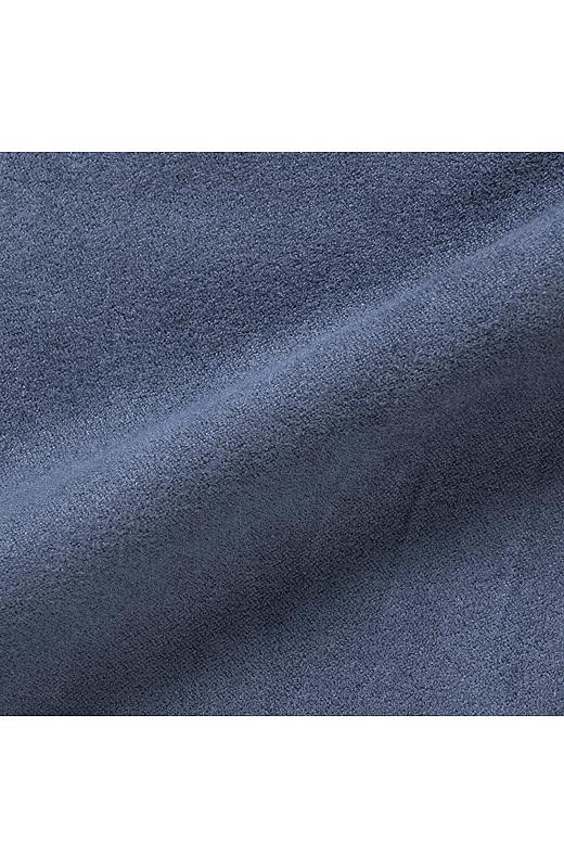 スエードライクな素材感。裏はサテン調でさらりと肌ざわりよく。