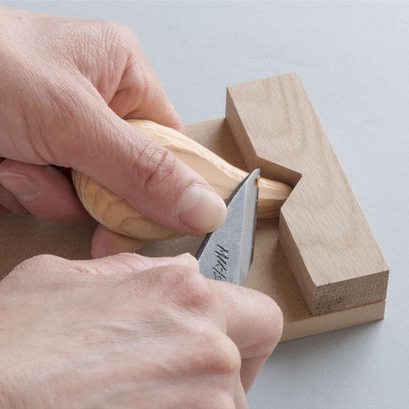 しっかり固定して作業しやすいコンパクトサイズ。
