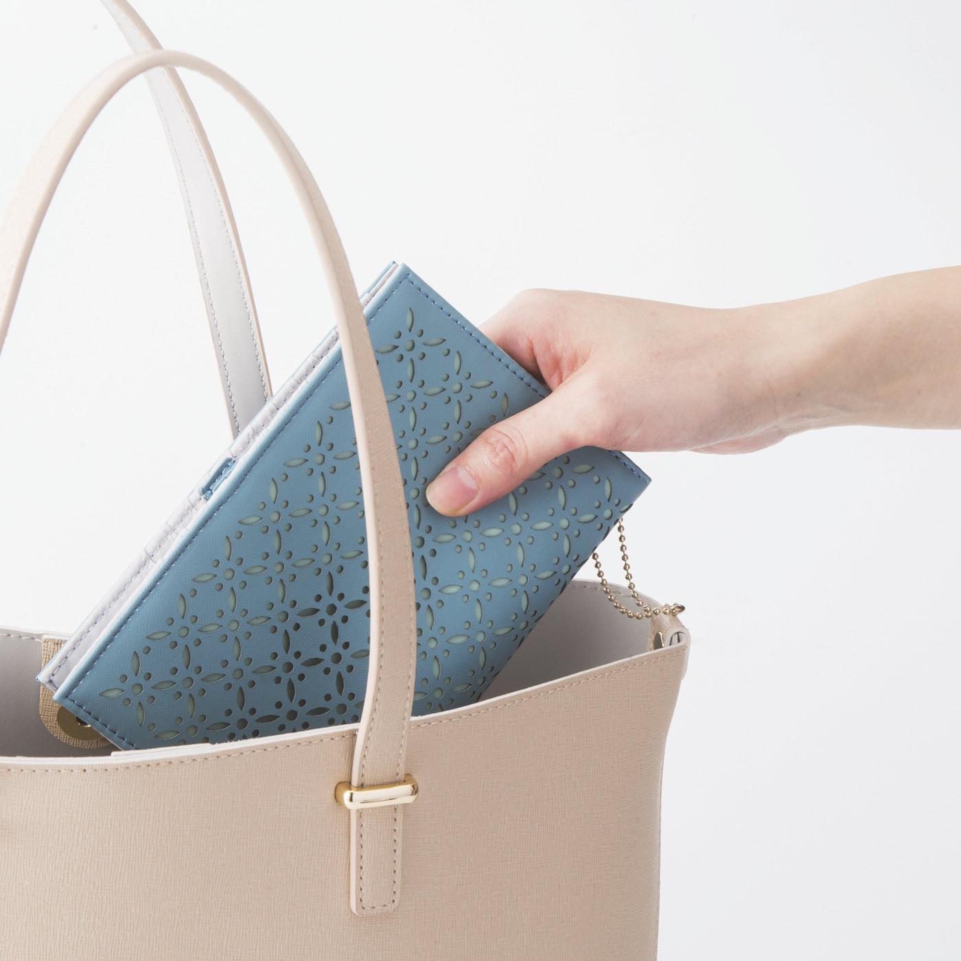 バッグの中でかさばらない、薄い文庫本サイズ。