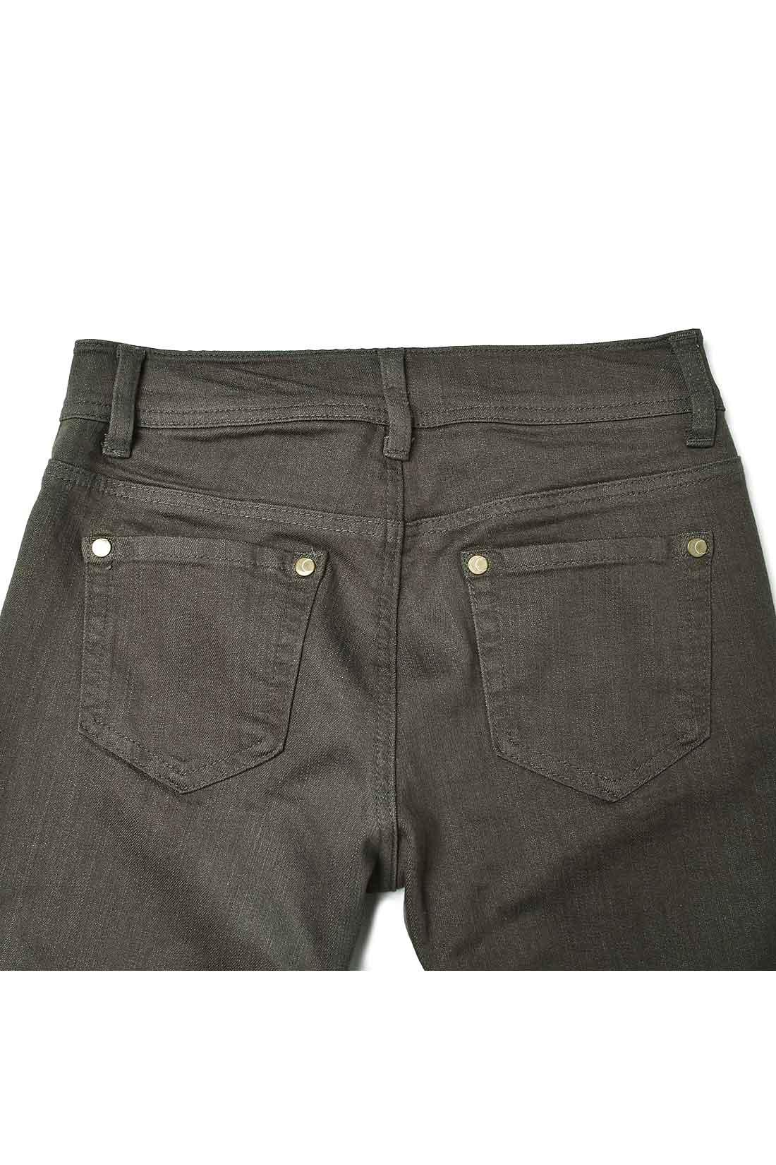 ヒップをキュッと高く見せるよう、後ろはヨーク切り替えと、ポケット位置を高めに設定。後ろ姿もすらり美脚に。