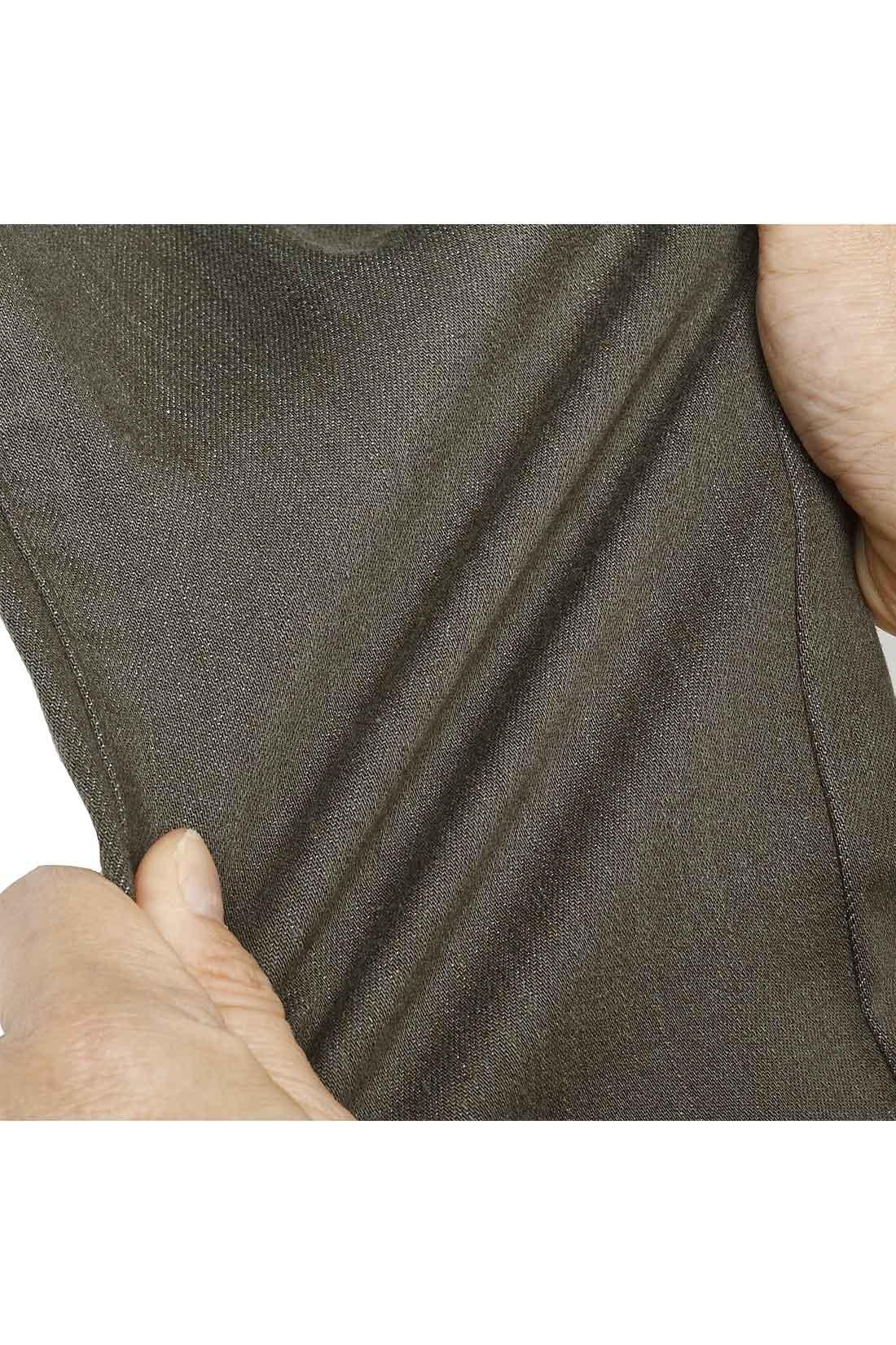 ほどよく細身のシルエットながら、ぐ~んと伸びるストレッチ素材で、どんな動きもノンストレス。