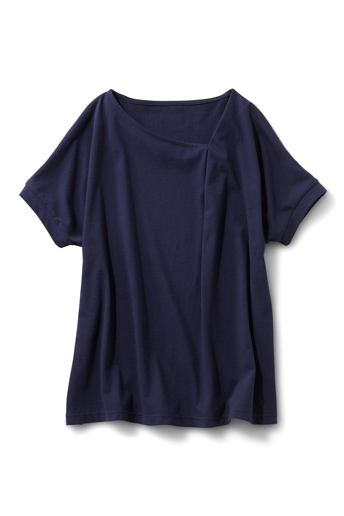 アシメトリーに入れた衿ぐりのタックがさらりと着るだけでおしゃれな印象。華奢(きゃしゃ)見えする少し広めの袖口は、切り替えを入れてきれいめに仕上げました。細見えして着やすいほどゆるシルエット。