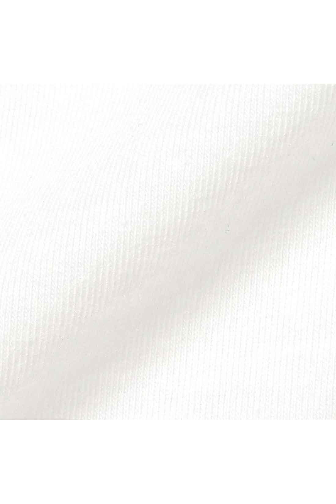 カーデは着心地のいい綿混カットソー。