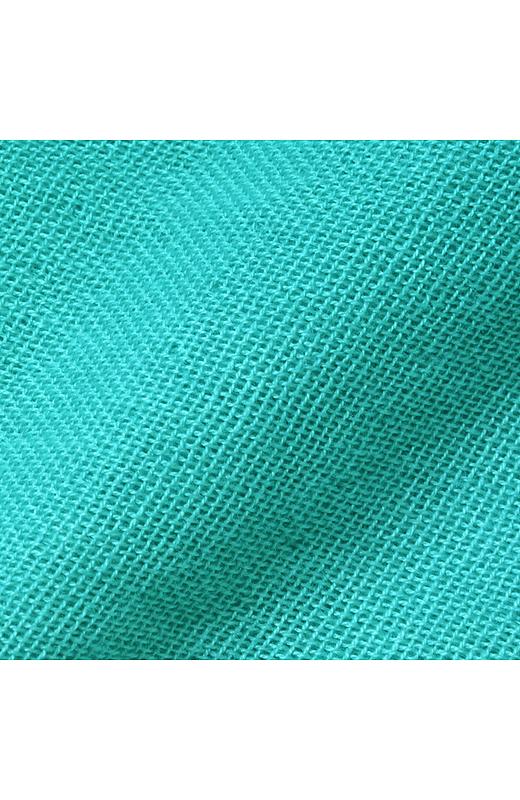 ガーゼタッチのシャリ感のある素材は肌ざわりさわやか。グラデーション染めでの演出もポイント。