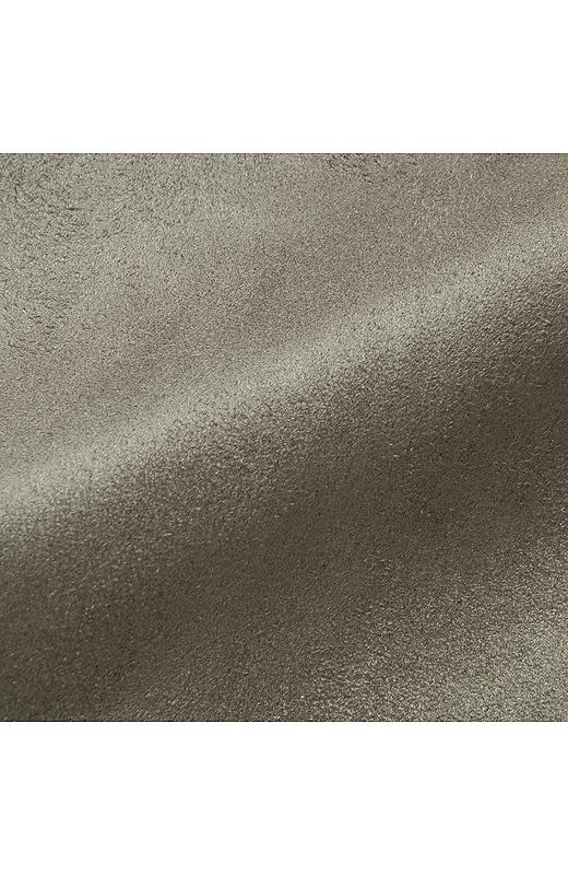 スエード調の起毛素材だから、光の当たり具合によって味のある表面感が楽しめます。