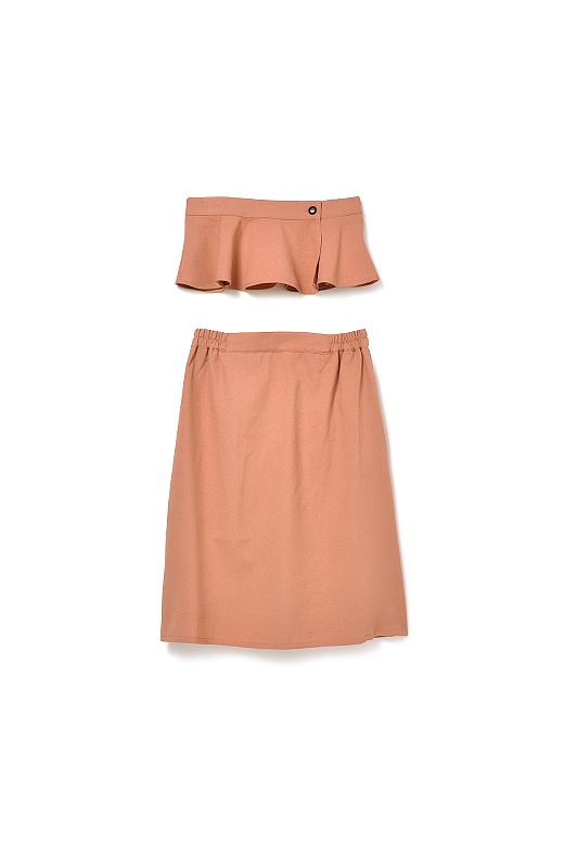 ほどよいフレアーで、大人女性に似合う上品な華やかさを演出するペプラム。取り外せばシンプルなスカートとして、2通りの着こなしが楽しめます。