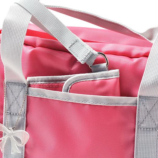 お財布はバッグの持ち手に取り付けられます。