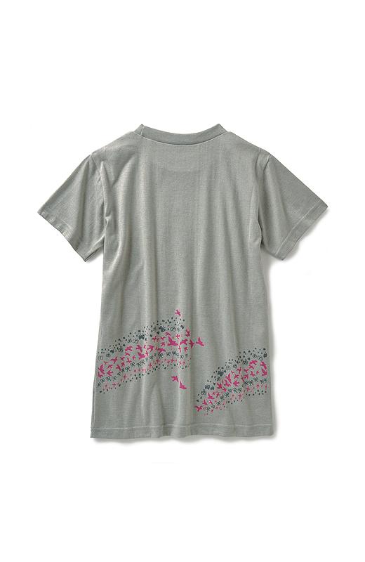 Tシャツの色がおなじでも違っていても、寄り添うと後ろ姿に虹がかかり、「どこにいてもつながっているよ」という応援メッセージが完成します。